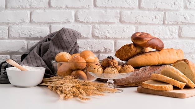 Вид спереди расположения хлеба Premium Фотографии