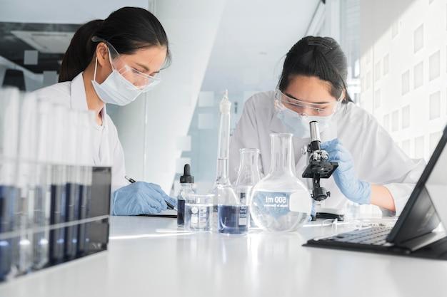 Работники научной лаборатории