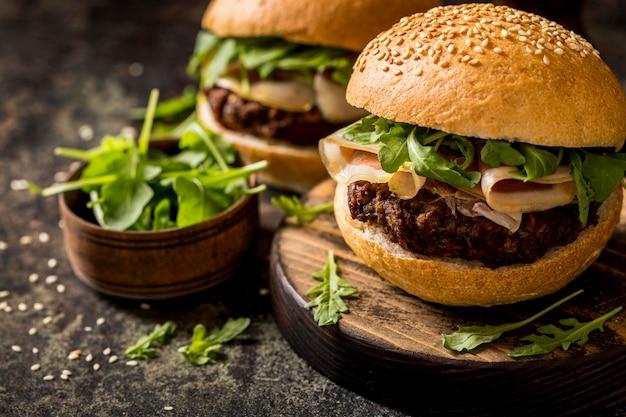 Hamburger di pancetta vista frontale Foto Gratuite