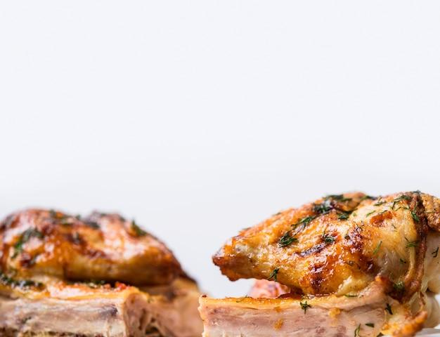Вид спереди запеченные целые половинки курицы Premium Фотографии