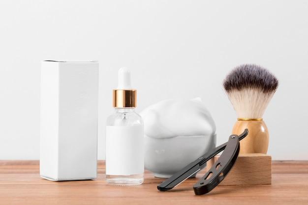 正面図の理髪店のツールとオイルの白いパッケージ 無料写真