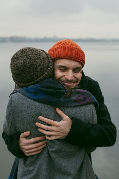 Vista frontale di una coppia bella e felice Foto Gratuite