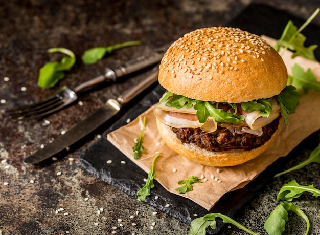 Front view beef burgers with bacon and cutlery Free Photo