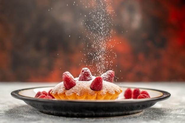 Вид спереди ягодный торт на овальной тарелке на темной изолированной поверхности Бесплатные Фотографии