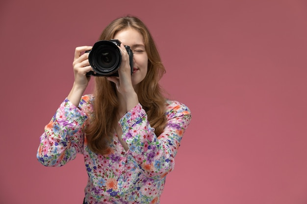 Front view blonde woman taking a photo of person who stand up front of her Free Photo