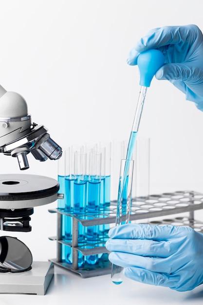 Sostanze chimiche blu vista frontale in laboratorio Foto Gratuite