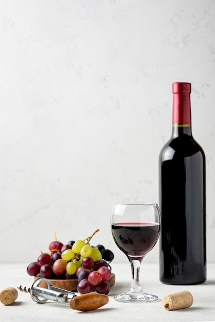 Вид спереди на бутылку вина из органического винограда Premium Фотографии