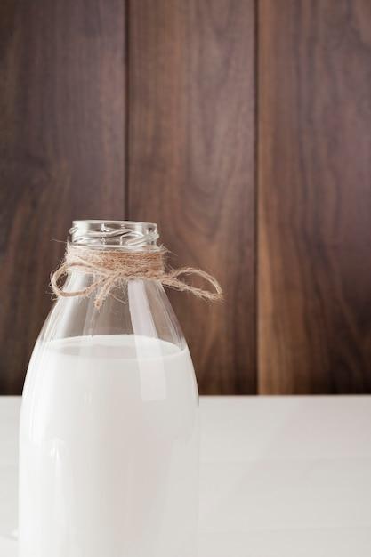 新鮮な牛乳の正面図ボトル 無料写真