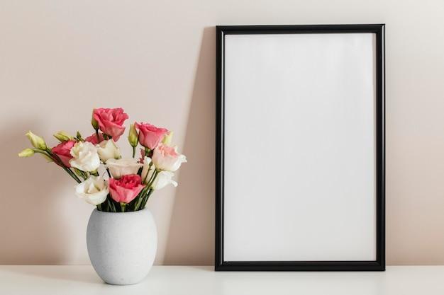 빈 프레임 꽃병에 장미의 전면보기 꽃다발 무료 사진