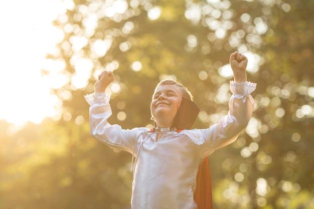 Vista frontale del ragazzo nel concetto di costume di dracula Foto Gratuite