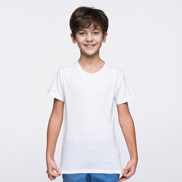 Front view boy pulling shirt Free Photo