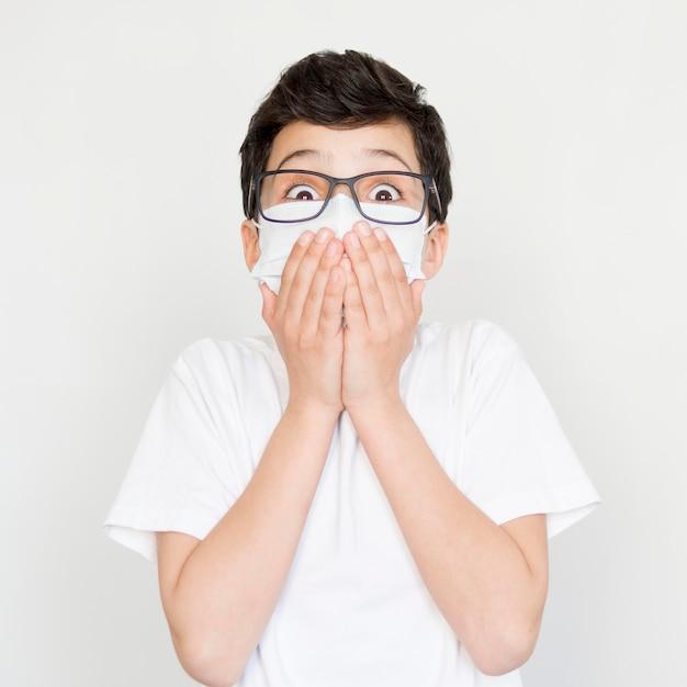 マスクを持つ正面少年 無料写真