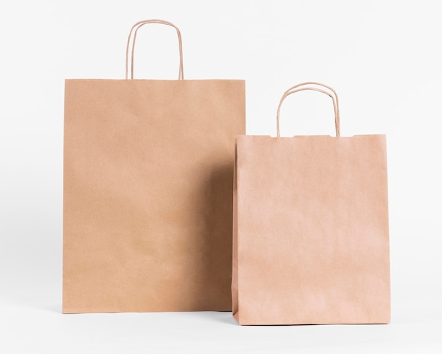 쇼핑을위한 전면보기 갈색 종이 캐리어 가방 프리미엄 사진