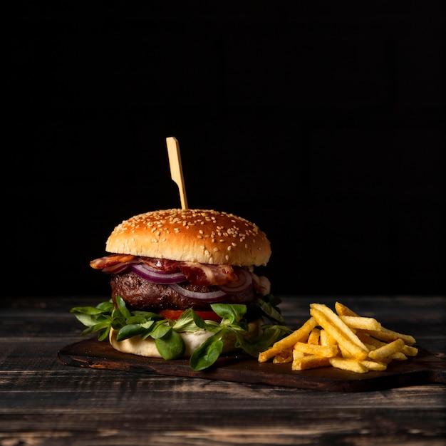 正面のハンバーガーとフライドポテトのテーブル Premium写真