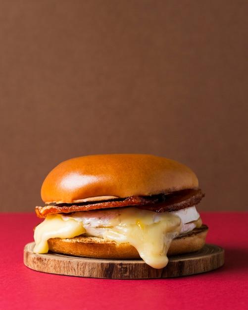 木製の部分に正面のハンバーガー Premium写真