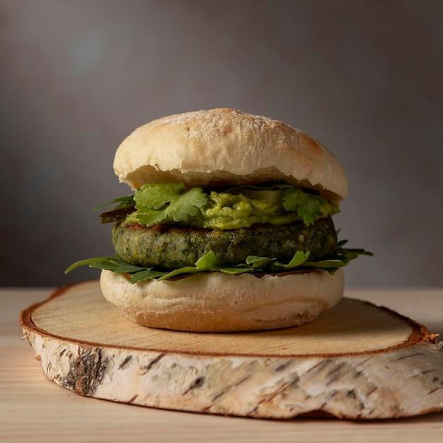 Hamburger di vista frontale con guacamole Foto Gratuite