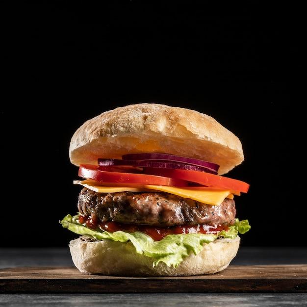 Бургер, вид спереди, с овощами и мясом Бесплатные Фотографии