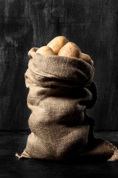 Vista frontale del sacco di iuta con patate Foto Gratuite