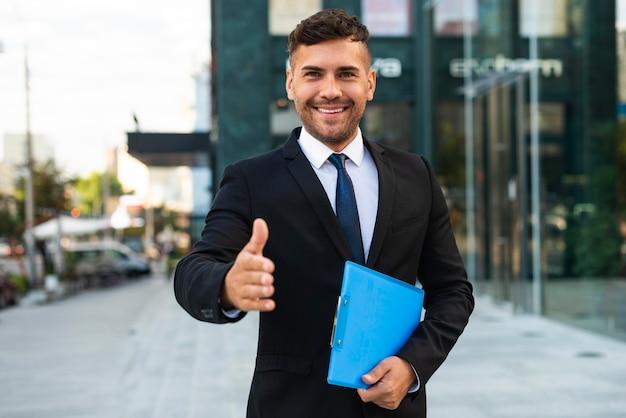 正面図ビジネスマンは握手をしたい 無料写真