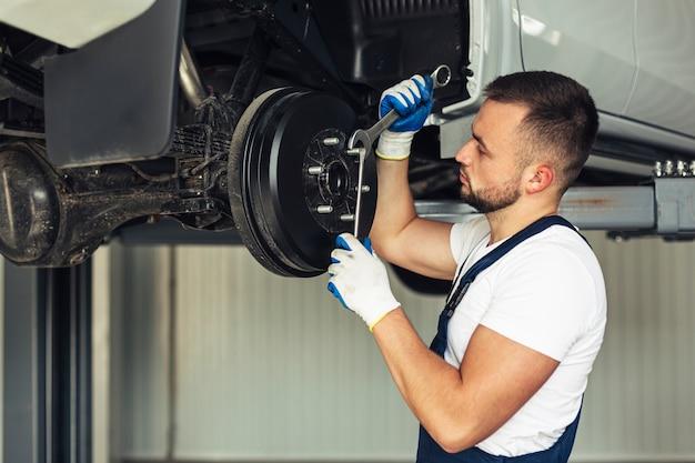 Impiegato maschio di servizio dell'automobile di vista frontale Foto Gratuite