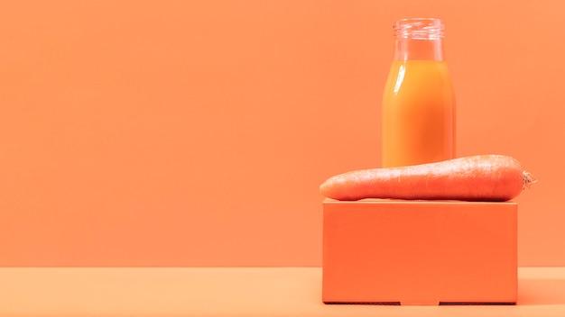 Vista frontale carota e frullato con copia-spazio Foto Gratuite