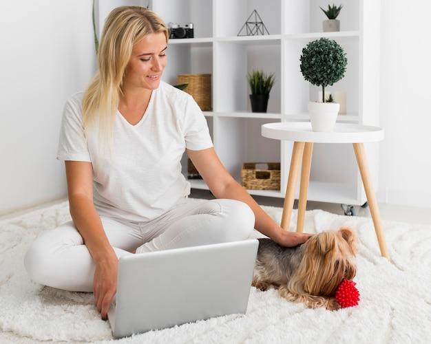 自宅で働く正面図カジュアルな女性 Premium写真