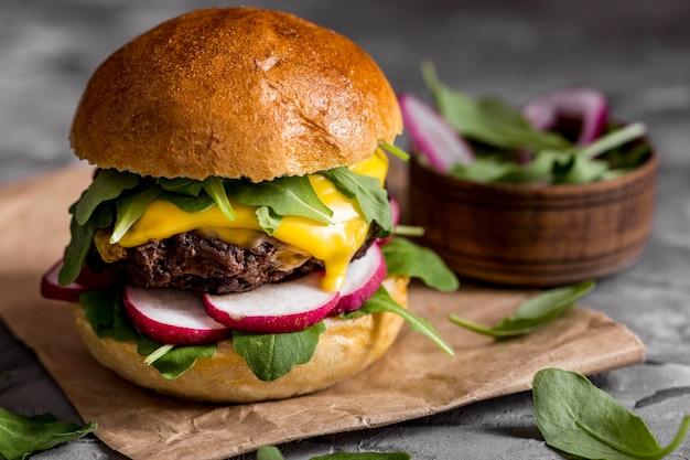カウンターの正面のチーズバーガー 無料写真