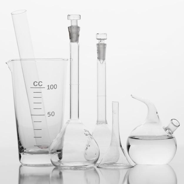 Disposizione dei prodotti chimici di vista frontale in laboratorio Foto Gratuite