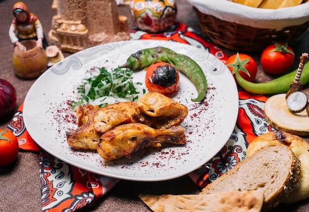 양파와 허브와 그릴에 토마토와 고추와 전면보기 치킨 케밥 무료 사진