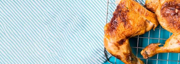 Куриные окорочка, вид спереди на подносе с местом для копирования Premium Фотографии