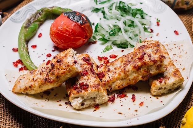 토마토와 양파와 허브와 구운 고추 피타 빵에 전면보기 치킨 룰라 케밥 무료 사진