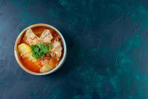 紺色の背景にチキンとグリーンが入った正面図チキンスープスープミートフードディナーチキン 無料写真