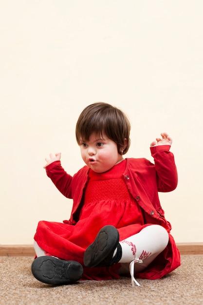 Vista frontale del bambino con sindrome di down Foto Gratuite