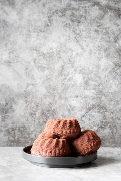 Вид спереди шоколадные торты на тарелке с копией пространства Бесплатные Фотографии