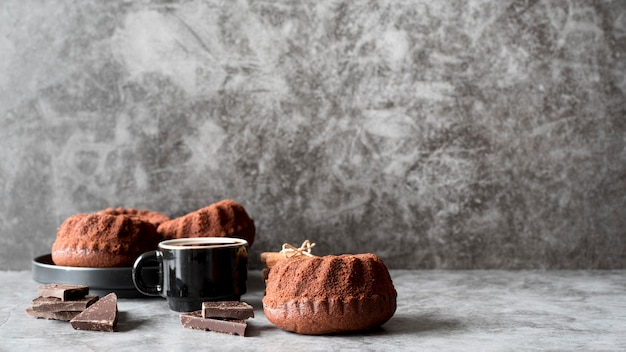 Вид спереди шоколадные торты с кофе и кусочками шоколада Бесплатные Фотографии