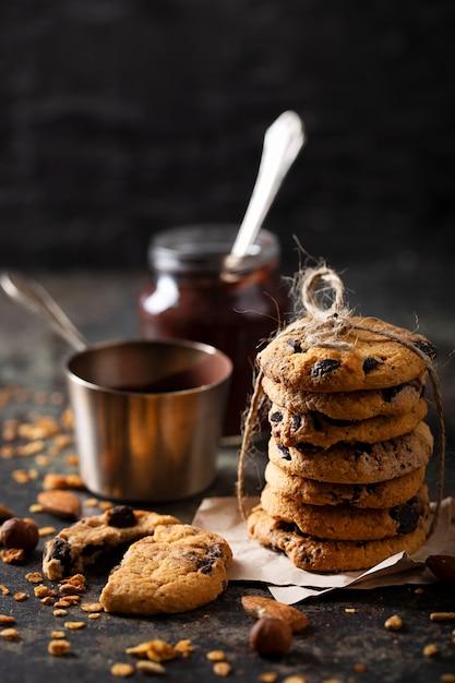Disposizione dei biscotti al cioccolato vista frontale Foto Gratuite