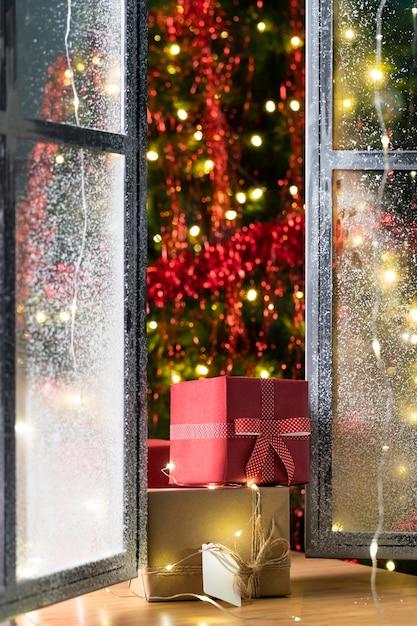 Vista frontale dell'albero di natale e regali Foto Gratuite