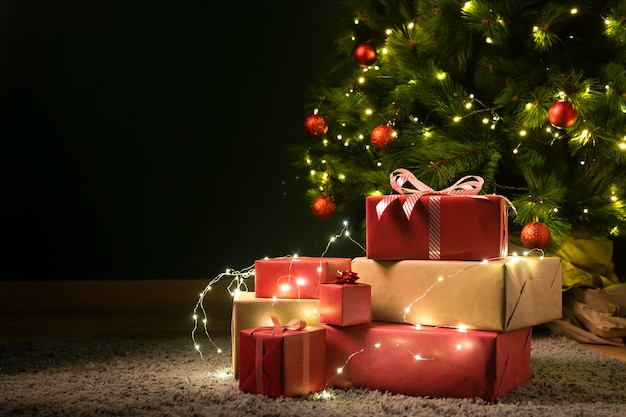 Front view of christmas tree and gifts Premium Photo