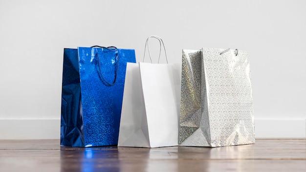 Collezione vista frontale di borse per la spesa sul pavimento Foto Gratuite