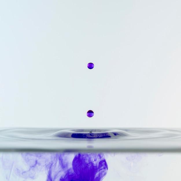 Vista frontale di liquido colorato e gocce Foto Gratuite