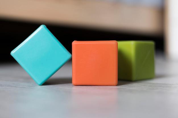 Vista frontale di cubi colorati sul pavimento Foto Gratuite