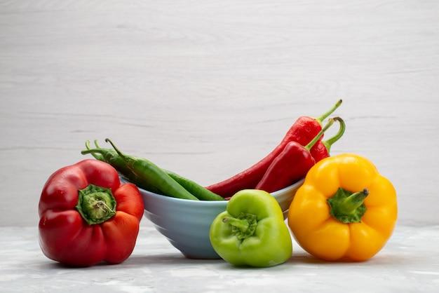 Peperoni colorati di vista frontale con colore del peperone vegetale dei peperoni Foto Gratuite