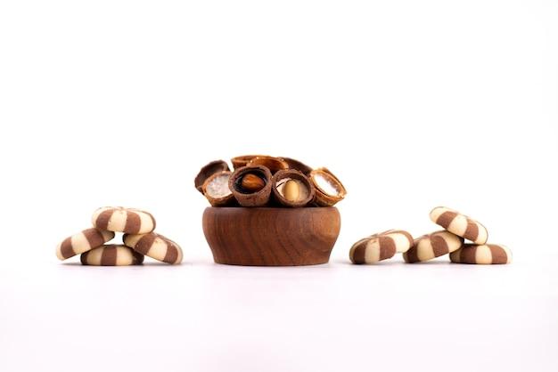 Una vista frontale biscotti e corna deliziosi su bianco, zucchero biscotto biscotto dolce Foto Gratuite