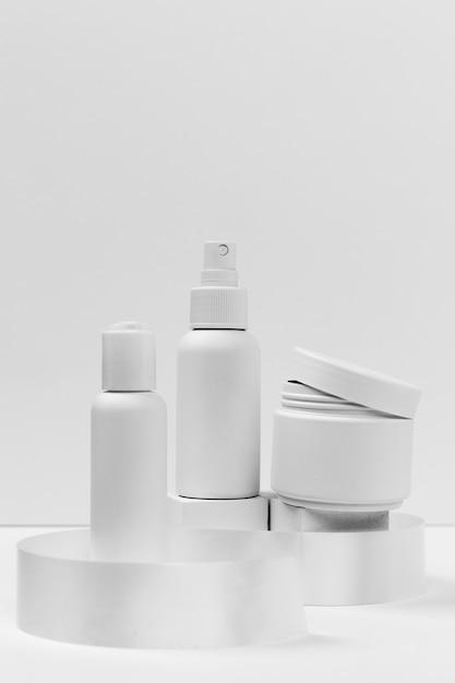 Vista frontale di prodotti cosmetici con copia spazio Foto Gratuite