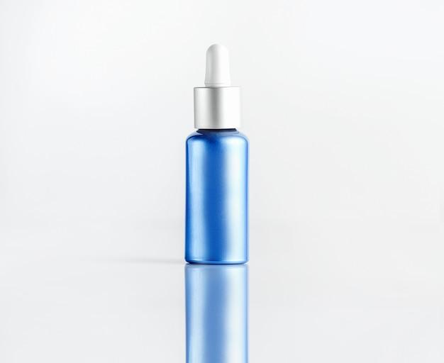 Tubo cosmetico vista frontale per tubo blu siero con tappo bianco per pipetta Foto Gratuite
