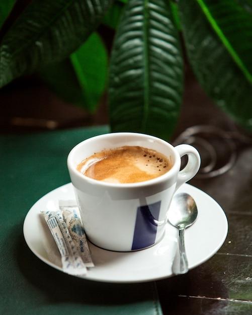 Вид спереди чашка капучино с сахаром Бесплатные Фотографии