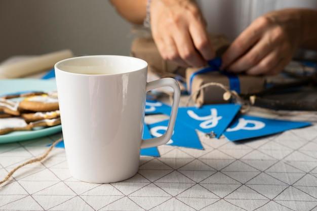 Вид спереди чашка кофе и счастливая ханукальная гирлянда Бесплатные Фотографии