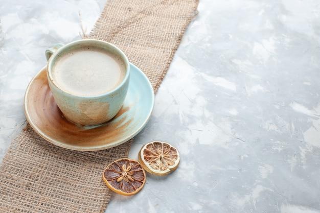 Вид спереди чашка кофе с молоком внутри чашки на светлом столе пить кофе молоко стол эспрессо американо Бесплатные Фотографии