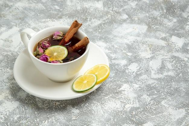 Вид спереди чашка чая с лимоном на белой поверхности чайный напиток горячий сладкий сахарный завтрак Бесплатные Фотографии