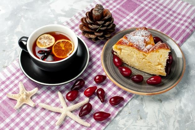 白い表面においしいケーキのスライスとお茶の正面図 無料写真